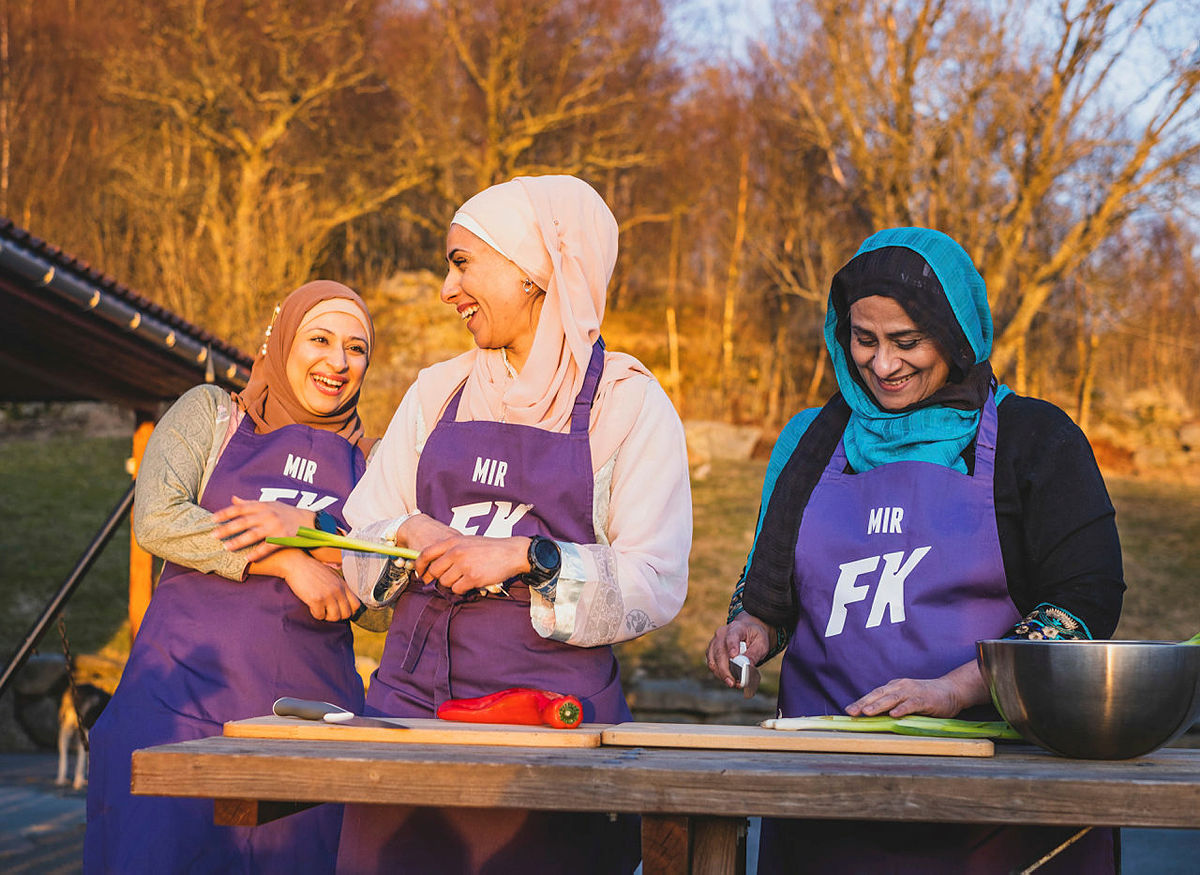 Shanze, Fouzia og Amy Mir fra Stavanger, kjent fra Familiekokkene på NRK. Nå tar de med seg pakistanske retter til Gladmat på Gramstad.