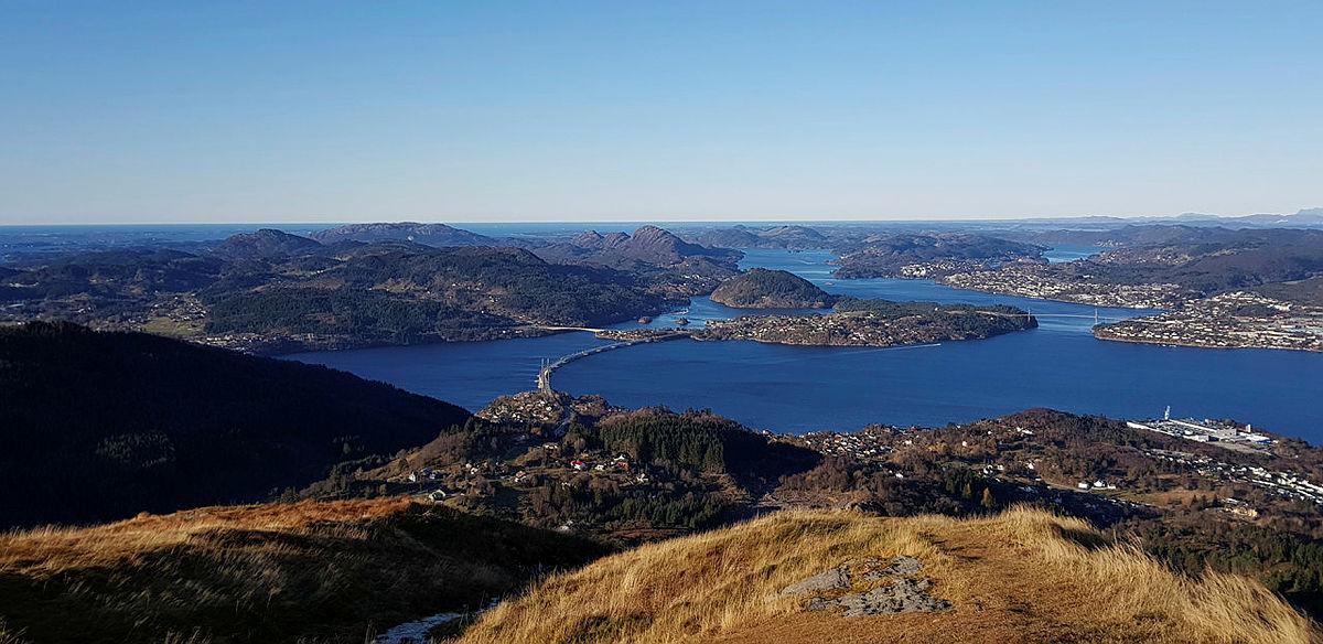 Tur til Veten i Åsane. Utsikt mot Nordhordlandsbroen, med Meland kommune, Flatøy og Knarvikområdet. NB mobilbilde.