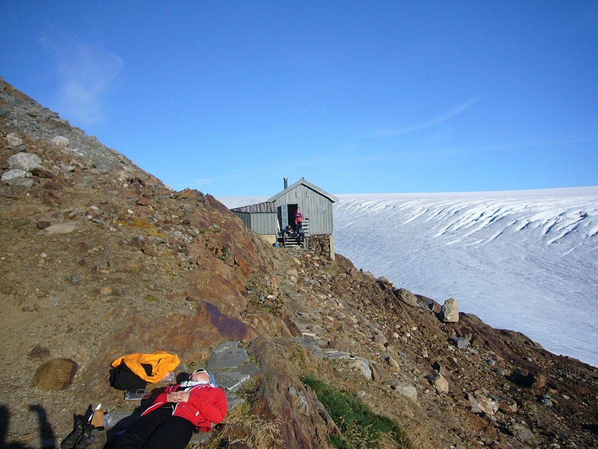Etter en oppstigning på 1100 meter opp til Tåkeheimen, var det godt å ta en hvilepause i sola :)   Motivet for dette bildet er å ta bildet uten at personene vet det. Jeg ønsker å fange øyeblikket!   [reginemork@hotmail.com, 95256771] DNTs Fotokonkurranse- DNT hytteliv. Vår 2012