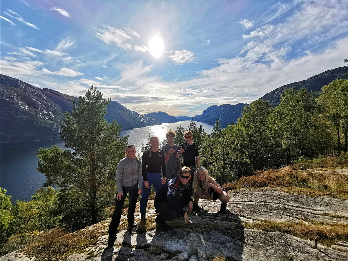 ANBEFALER BAKKEN GARD: Her er Birk og Tilde på tur med DNT Ung på Bakken gard. Denne hytta anbefaler de som første hytte ut for dem som vil starte å samle på hyttene til Stavanger Turistforening.