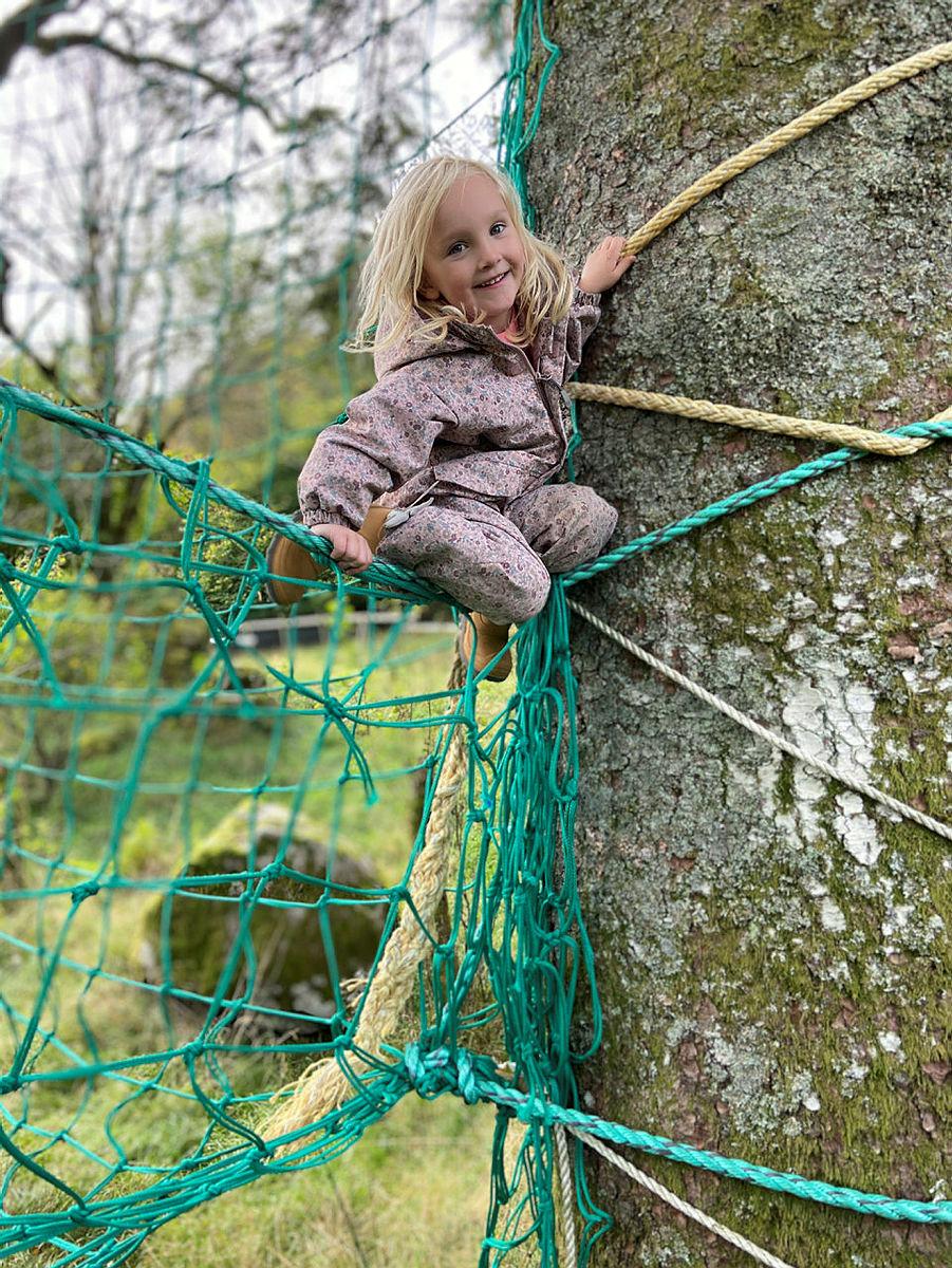 Lek og moro i klatrenettet ved Gaudland.