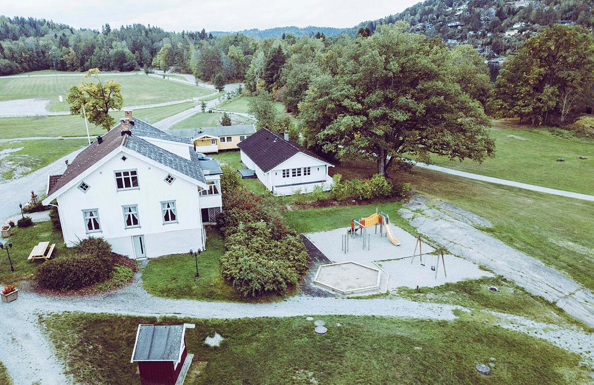 Det er store, flotte områder rundt bygningene på Breivoll Gård.