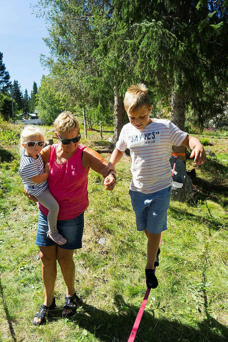 Fridtjof og Amalie Kleven Gusfre tester slakk line sammen mormor Randi Kleven.