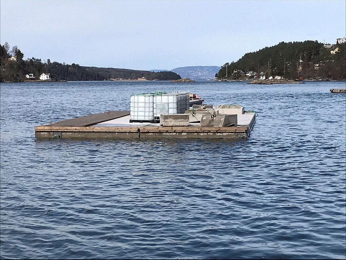 Frakting av flytebrygge til Breivoll Gård.