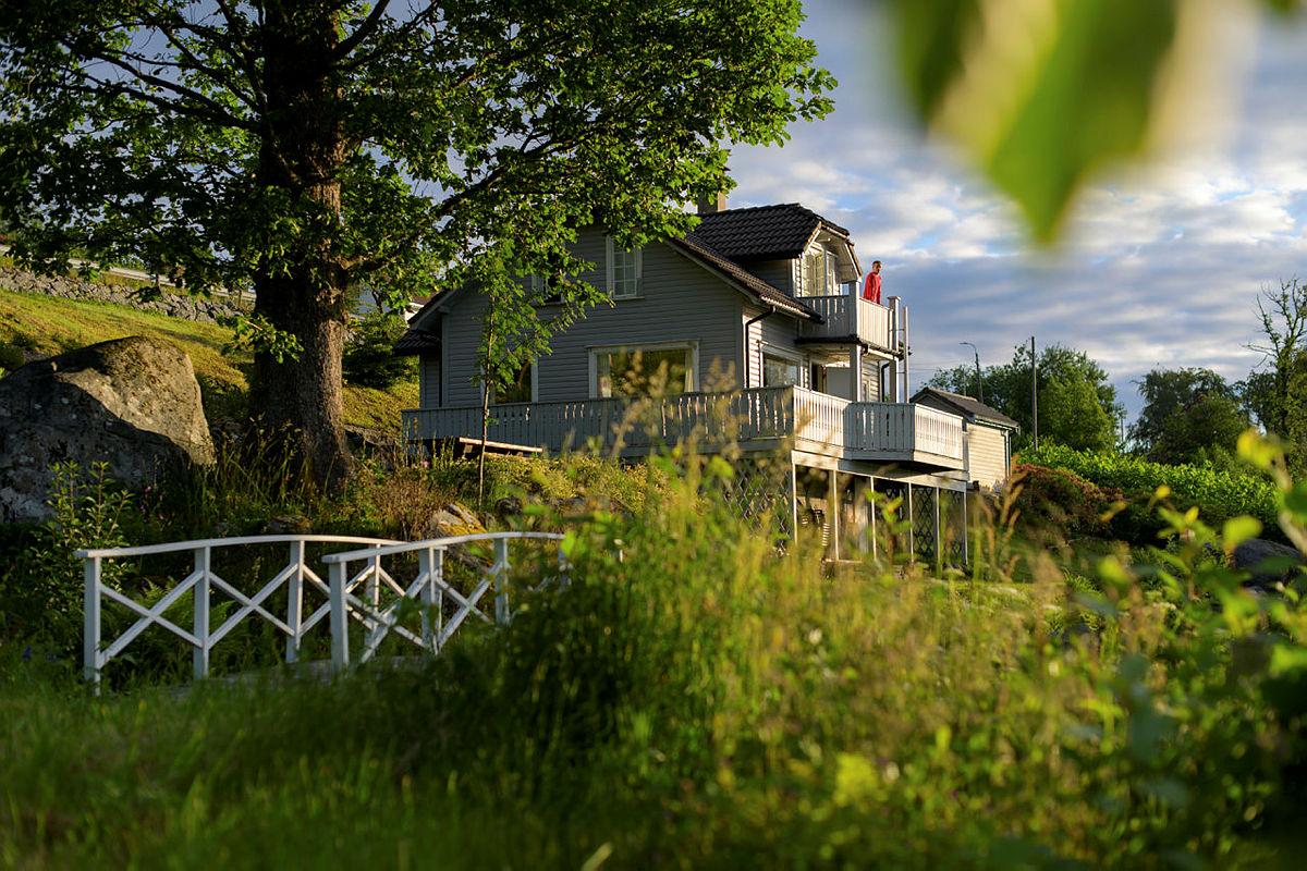 Nodhagen turisthytte ligger i kort avstand fra by, og kan leies helt for dere selv. Her er det plass til flere familier som kan tilbringe høstferien sammen.