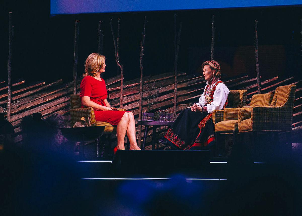 Anne Lindmo i samtale med H.M. Dronning Sonja.