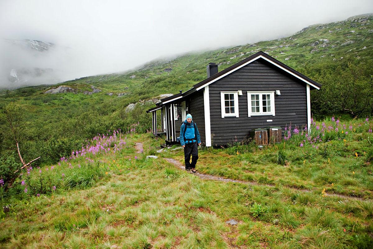 Runar Ramussen på vei ned Mørkrisdalen til Skjolden.