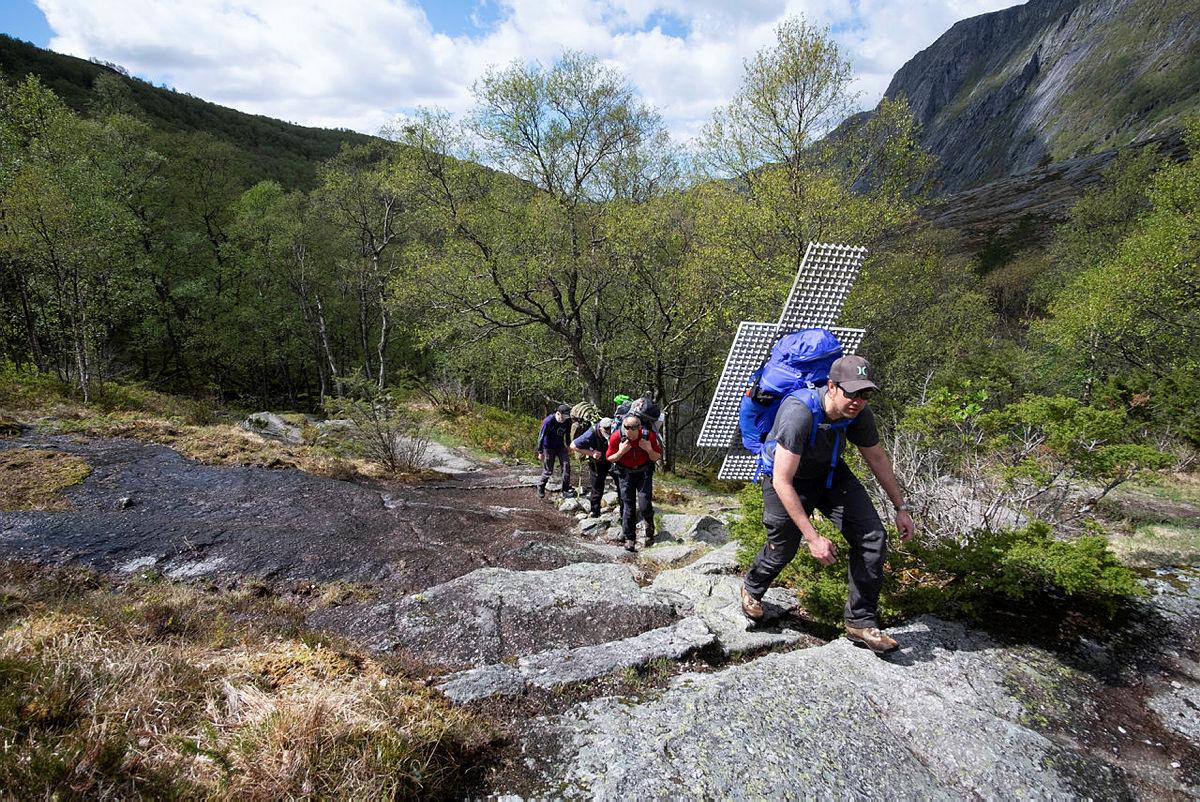 TUNG BØR: Fredrik Horne fra dugnadsgjengen hadde en tung sekk opp bakkene fra Nes.