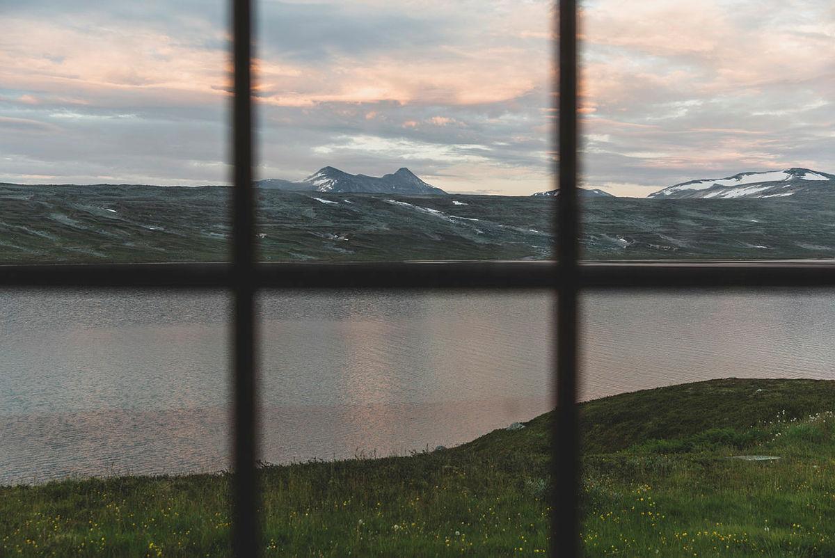 Utsikt fra Bjellåvasstua mot Nordre Bjøllåvatn