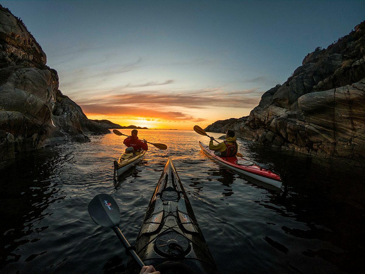 Padling i solnedgang vest for Sotra i nærheten av Bergen