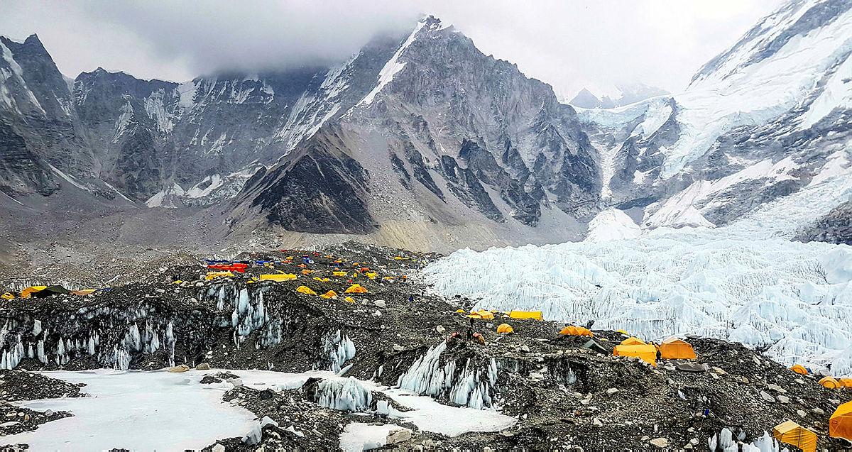 2.Everest basecamp. Her holder flere hundre klatrere og sherpaer til mens de forbereder seg til å nå toppen av Everest.