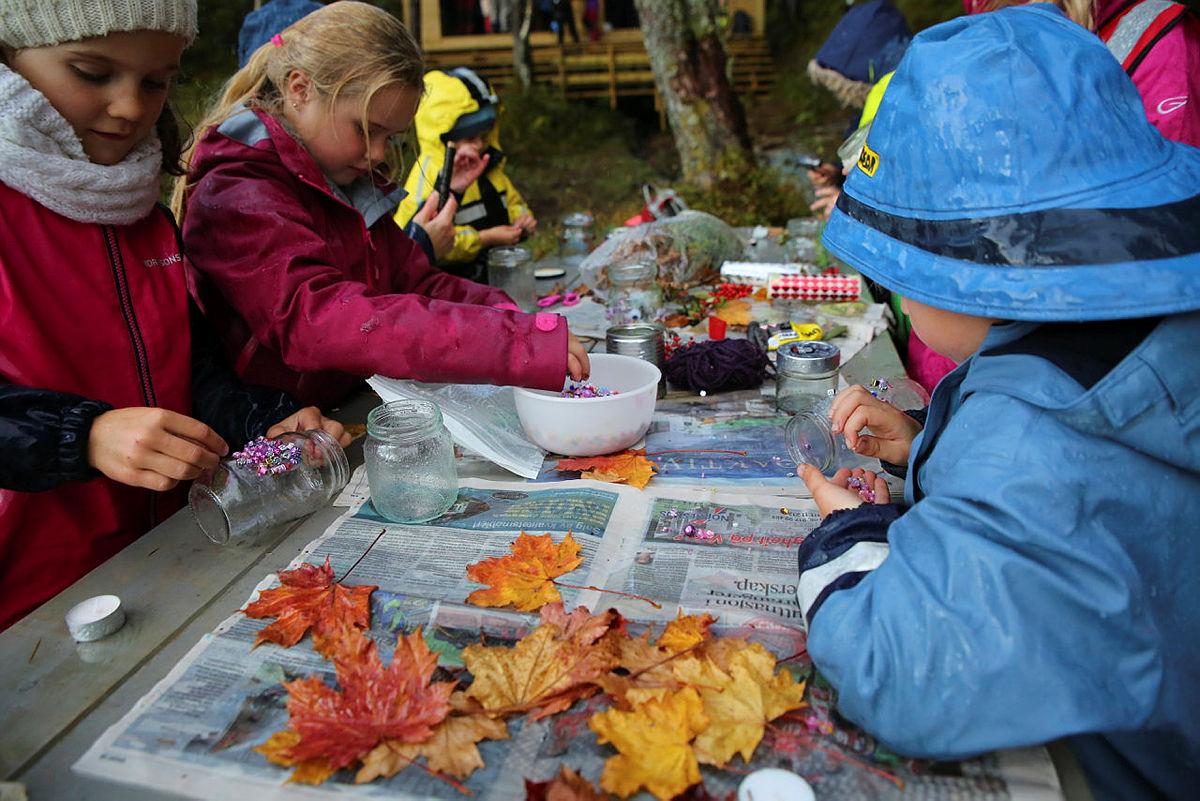 Fin høstaktivitet å lage noen lykter sammen. Bruk gamle syltetøyglass og lim på blader og annen pynt.