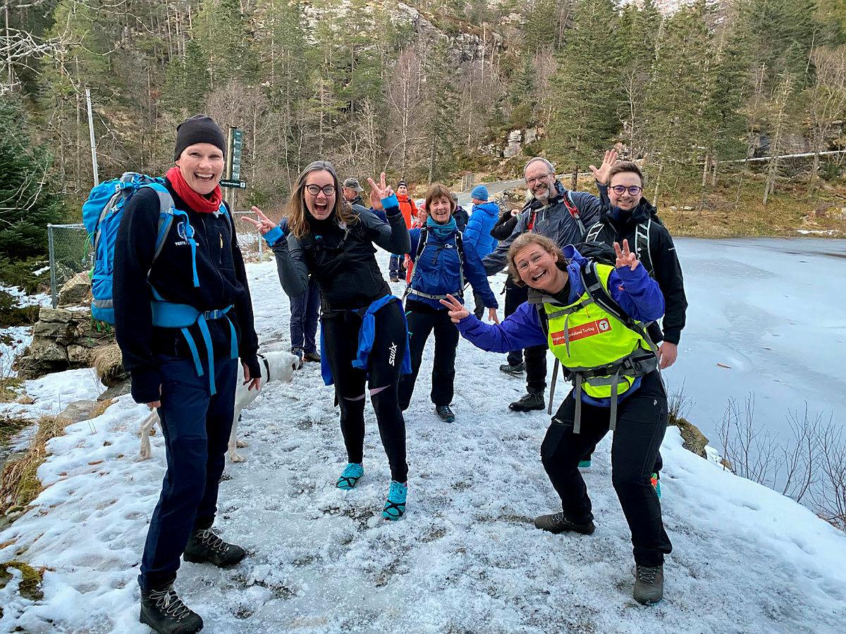 God stemning på toppen av Skreddesdalen under boklansering OPPTUR Bergen, 18. mars 2021.