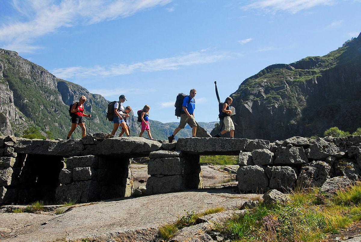 Den flotte steinbrua på vei inn til Viglesdalen er viden kjent.