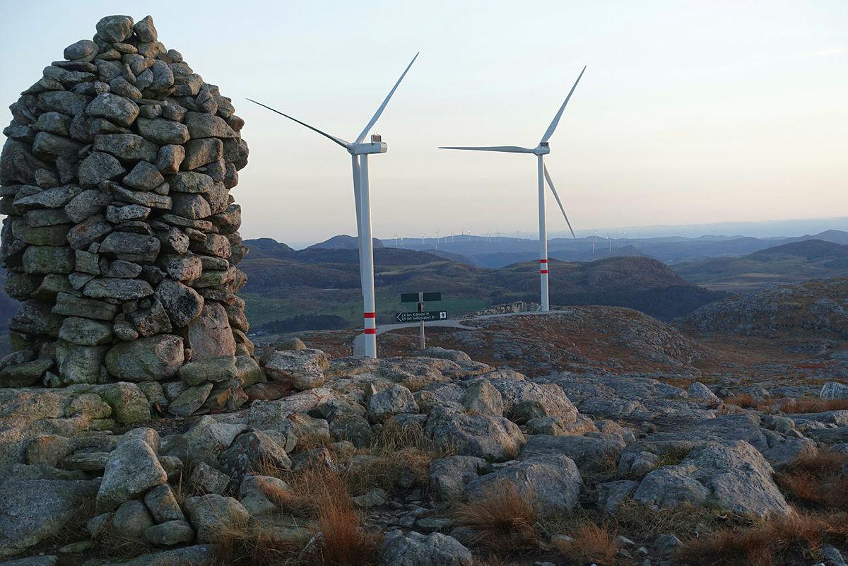 Et skritt i riktig retning, men vi savner mye tydeligere hensyn til natur og miljø sier DNT i en kommentar til regjeringen og Frp går inn for at vindkraftsaker skal behandles etter plan- og bygningsloven. Bilde fra Vardafjell vindkraftanlegg i Sandnes.