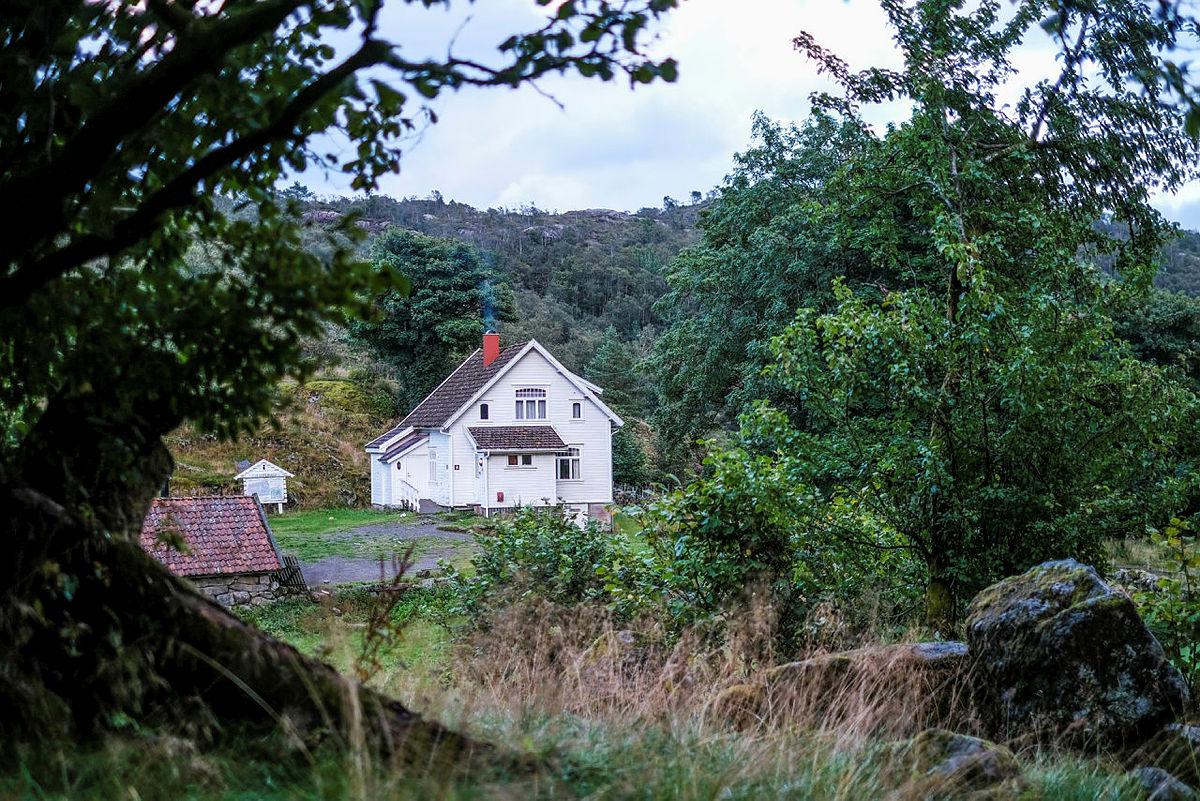 Gaudland ligger bynært, men svært landlig til i flotte naturomgivelser.