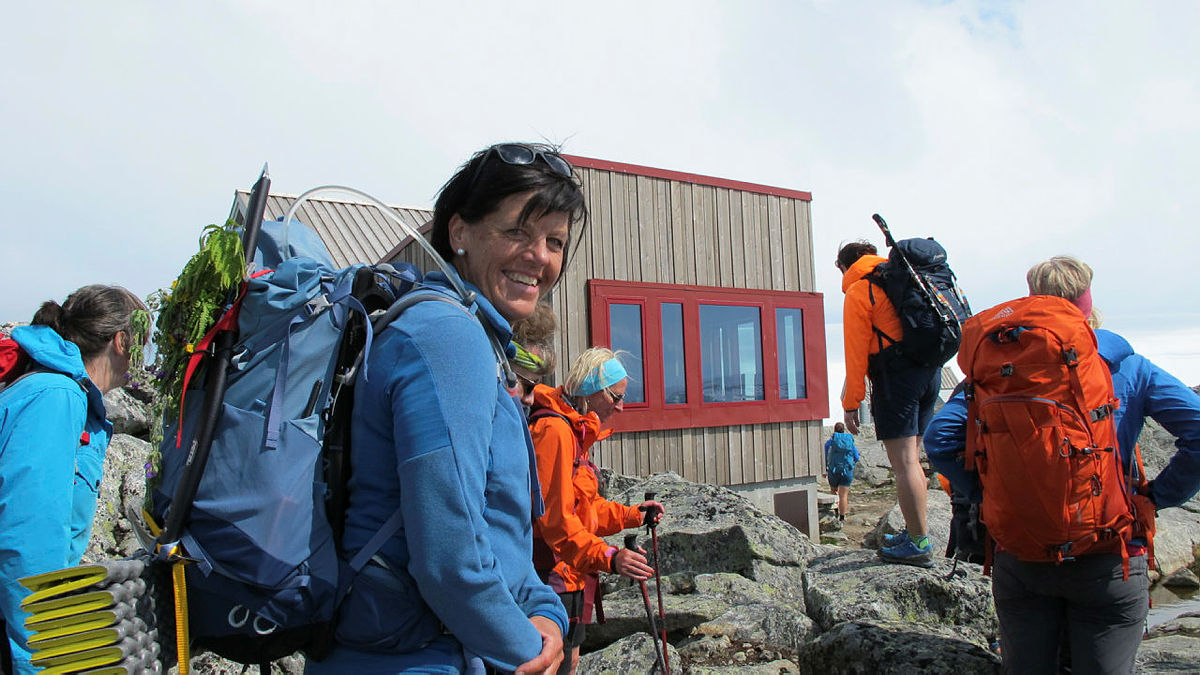 Turleiar Anne Kari Enes er glad for å vise fram den nye storstua på Fonnabu Turisthytte.