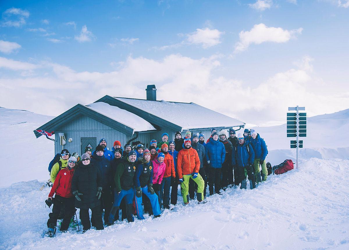 Hele gjengen som deltok på åpningen av hytta.
