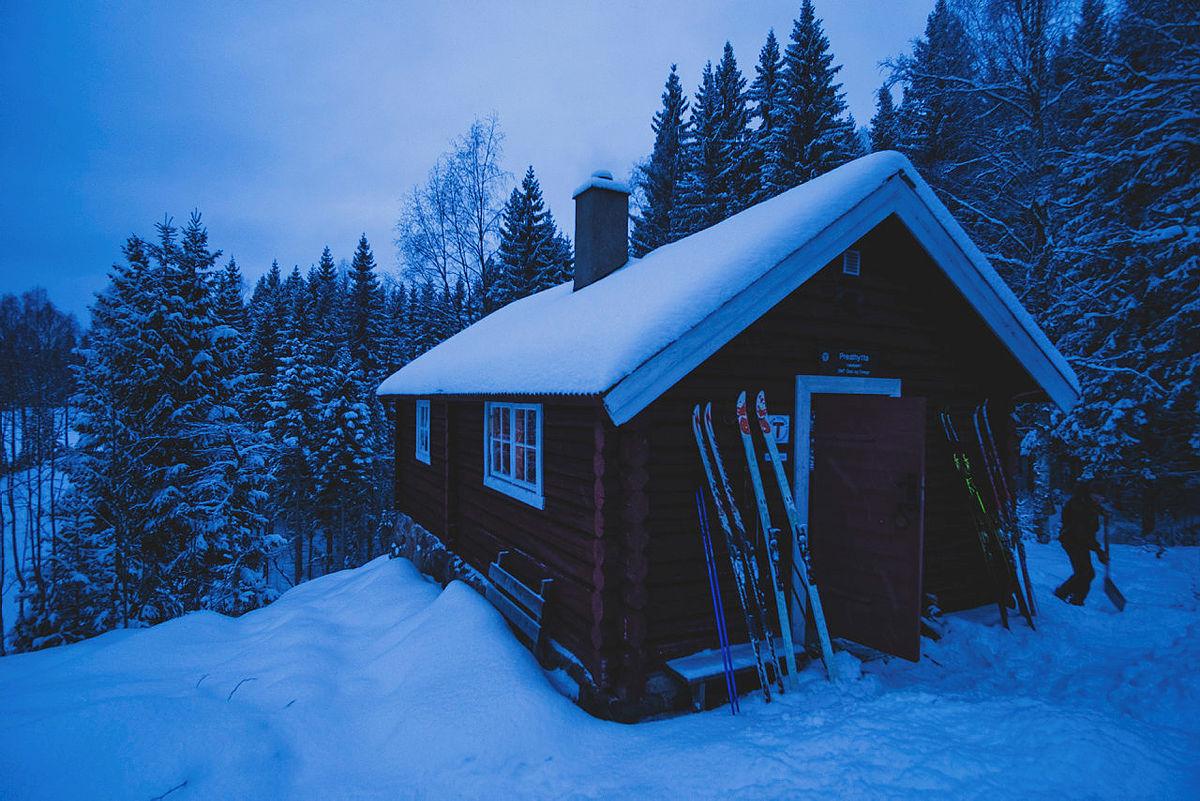 Opplev blåtimen på Presthytta, ubetjent hytte på Krokskogen.