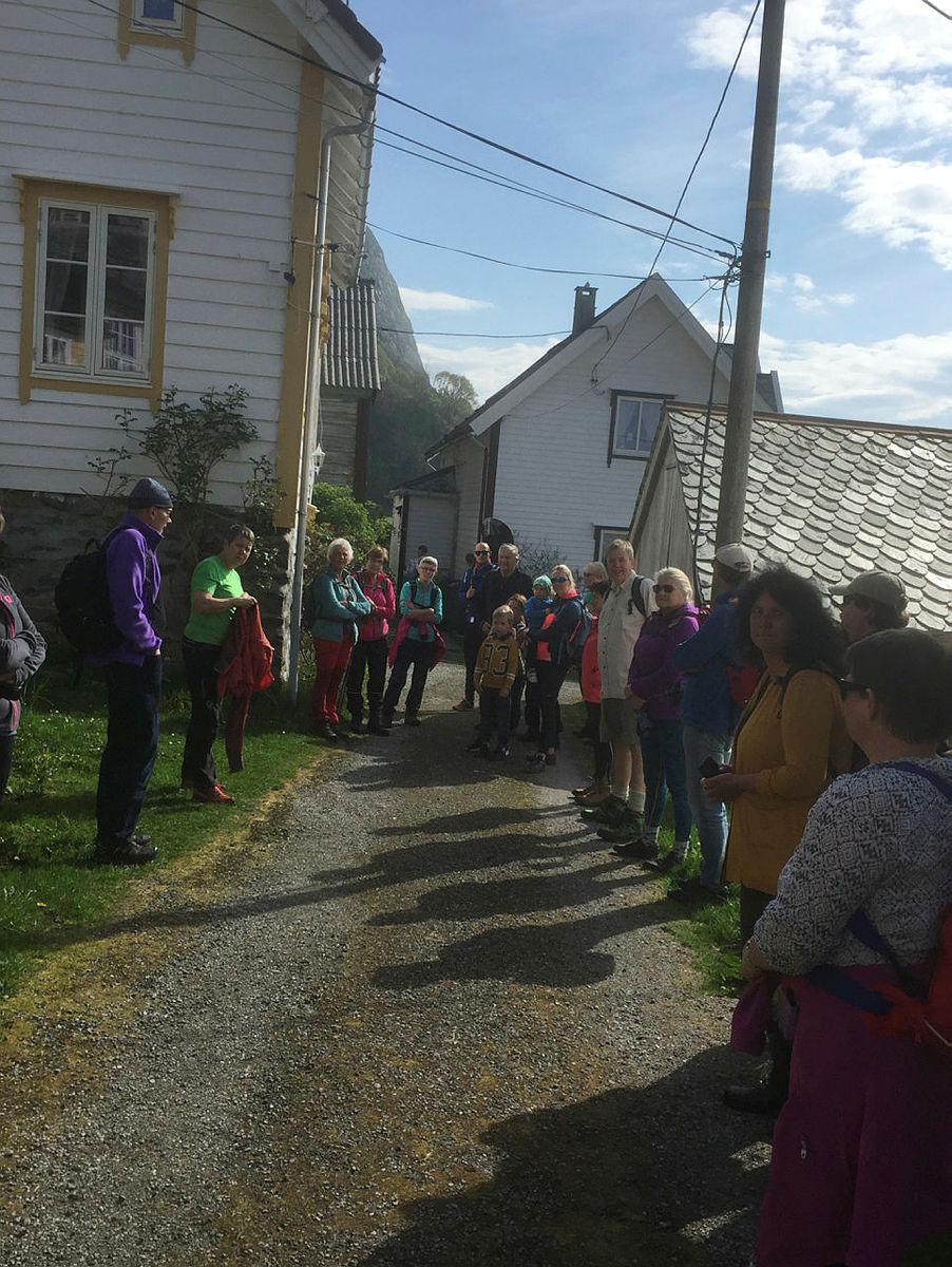 Turleder Ansgar forteller litt om turen og området vi skal gå inn i.