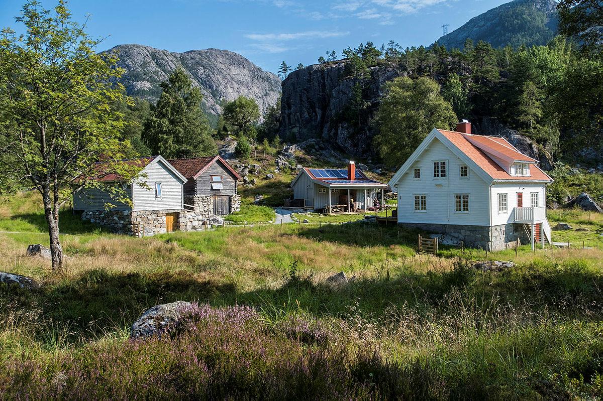 Bakken gard i Lysefjorden er en perle som bare må oppleves. Perfekt hytte for hele familien med enkleste adkomst opp fra Bakken kai.