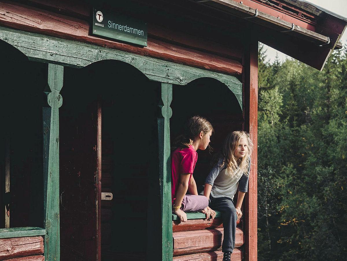 God morgen fra Sinnerdammen. Sofia Lexau Overland og Pia Bjølgerud. Finalister i fotokonkurransen. Sommer 2016. Familietur.