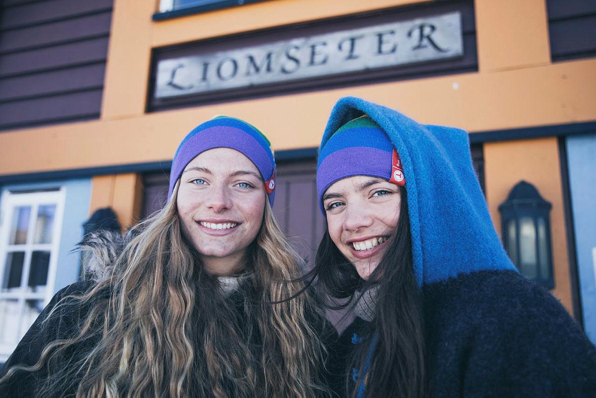 Søstrene Anna og Maria Grøntjernet ønsker velkommen til Liomseter!