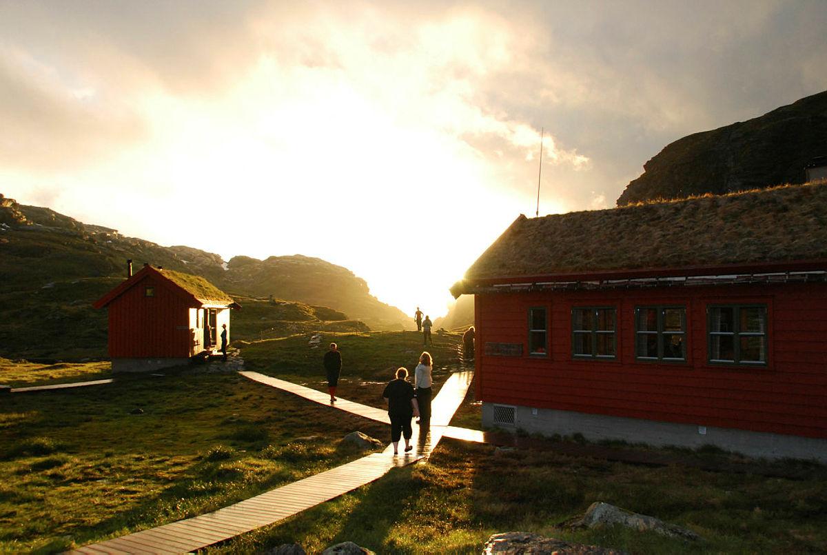 Sommerfjellet åpner 29. juni. Bildet er fra Strandalen turisthytte, som åpnet dørene forrige helg, for en strålende sommersesong.