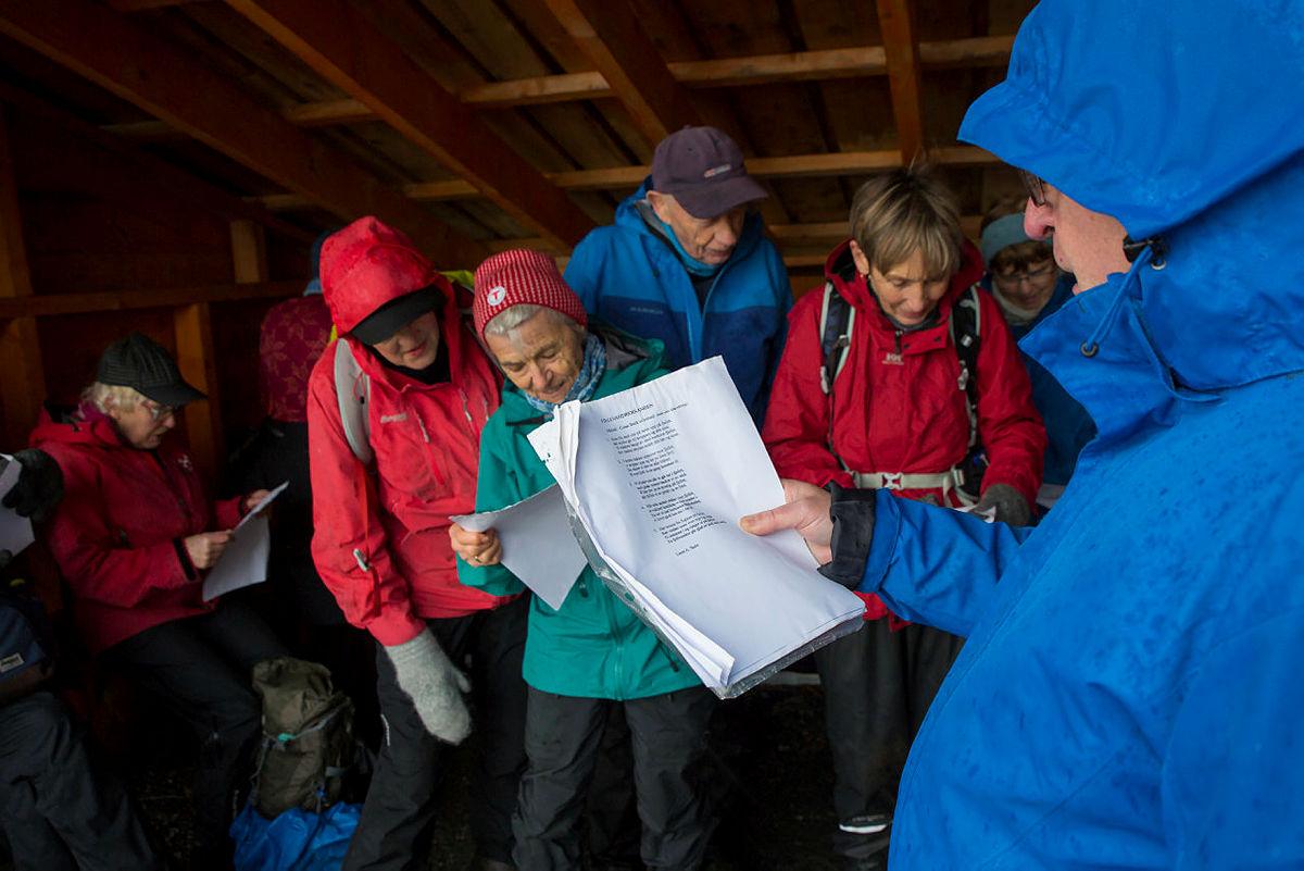 Allsang i gapahuken ved Viggohytten, ledet an av Lasse Skeie.