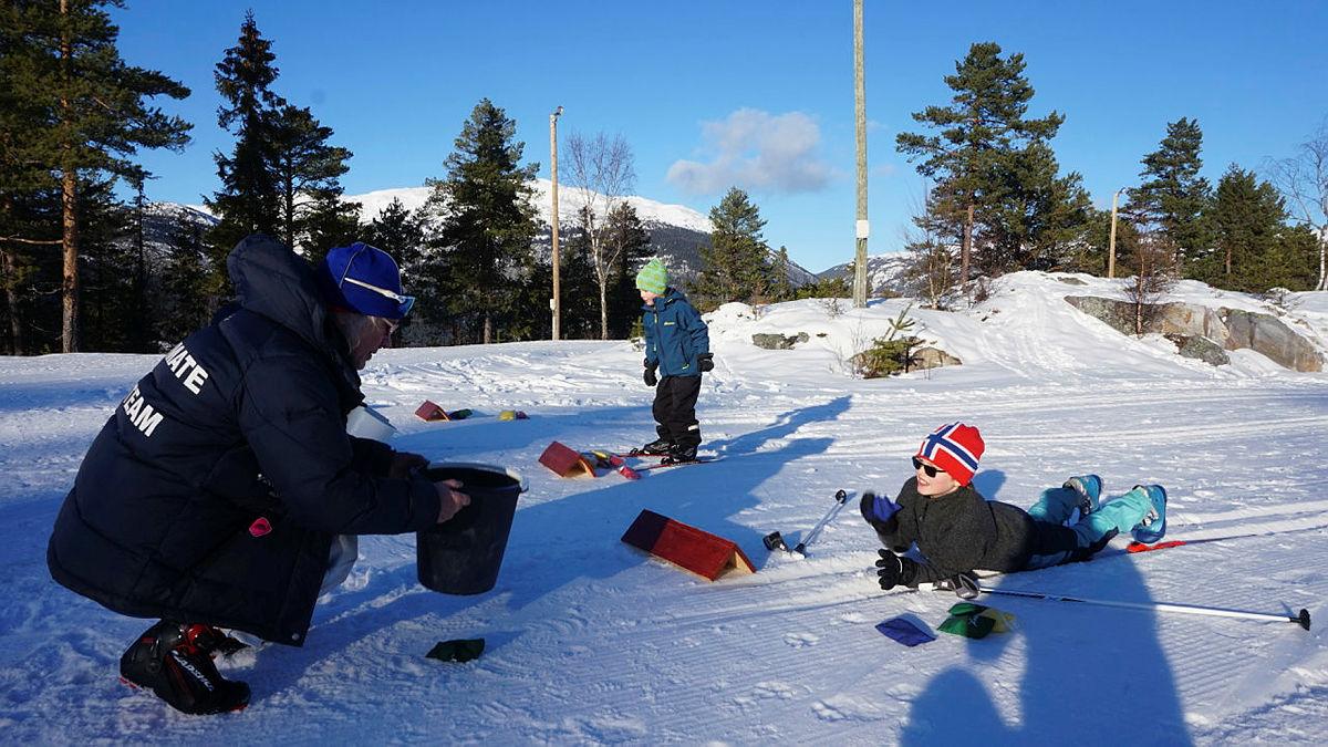Skiskyting i erteposestil.