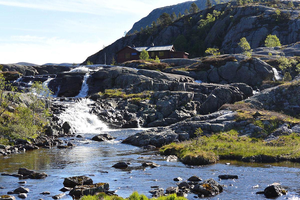 Det er fine badekulper nedenfor fossen som innbyr til forfriskende bad under oppholdet.