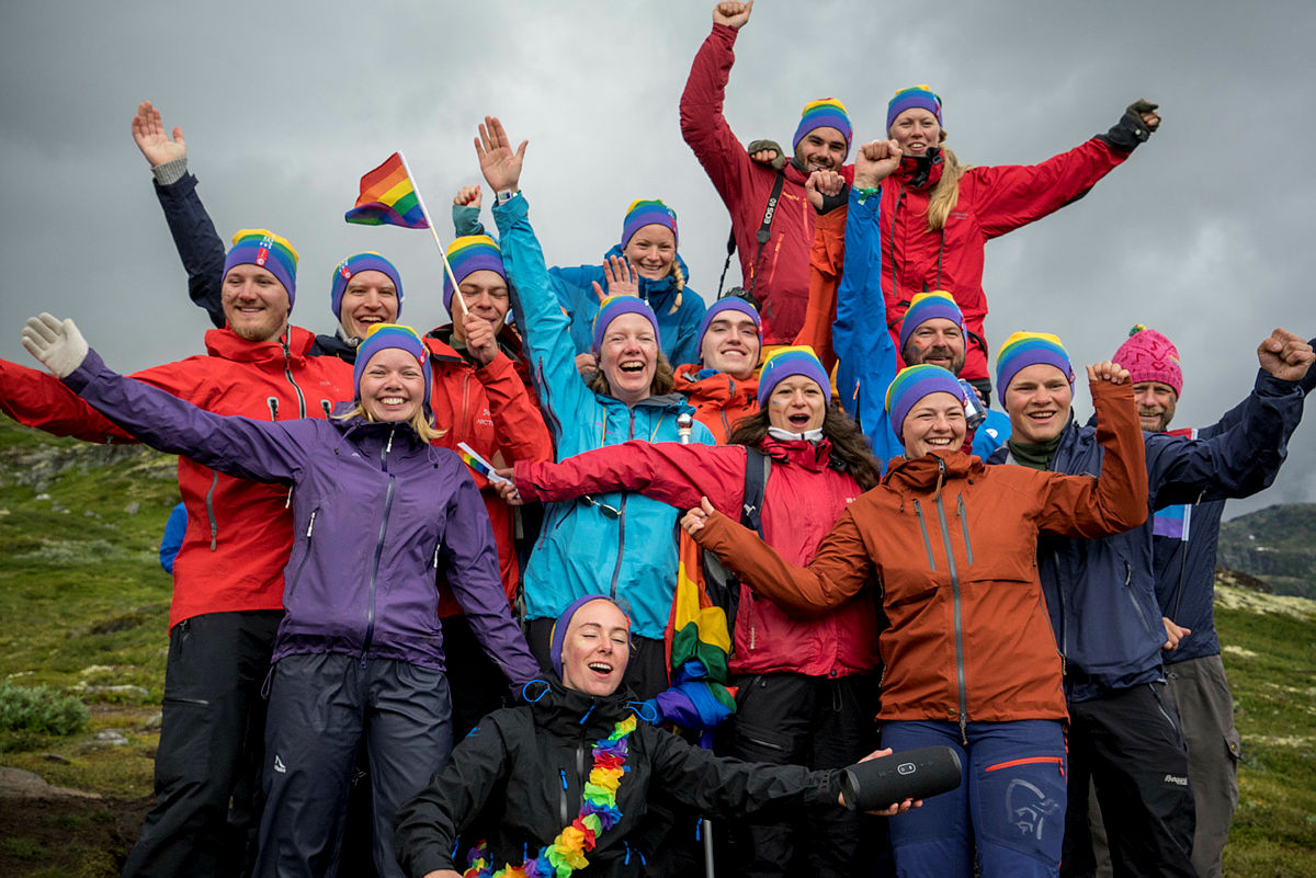 Bilder fra pride-paraden på Vinjerock 2019. Regnbueluer fra DNT ung.