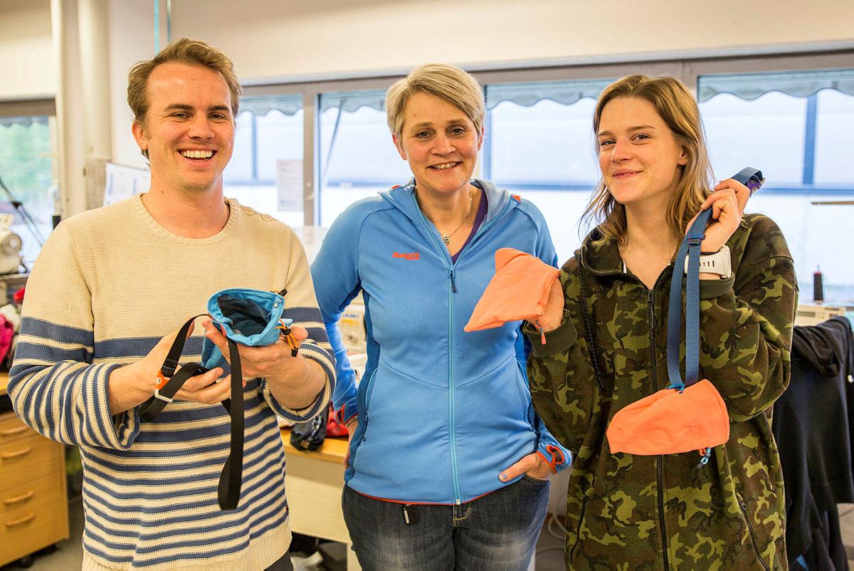 Hans-Martin Erlandsen (til venstre) og Maria Mathisen (til høgre) med Anne Granerud (midten) som har gitt dei opplæring i systova til Bergans i Hokksund. Dei to blir DNT ung sine representantar som skal fikse og redesigne på Vinjerock og Fjellfilmfestivalen 2017.