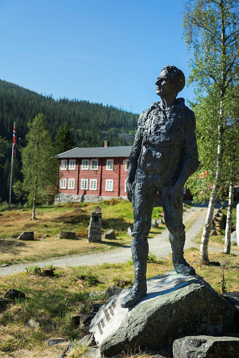 Fjellføreren og krigshelten Claus Helberg skuer utover dalen fra Krokan.