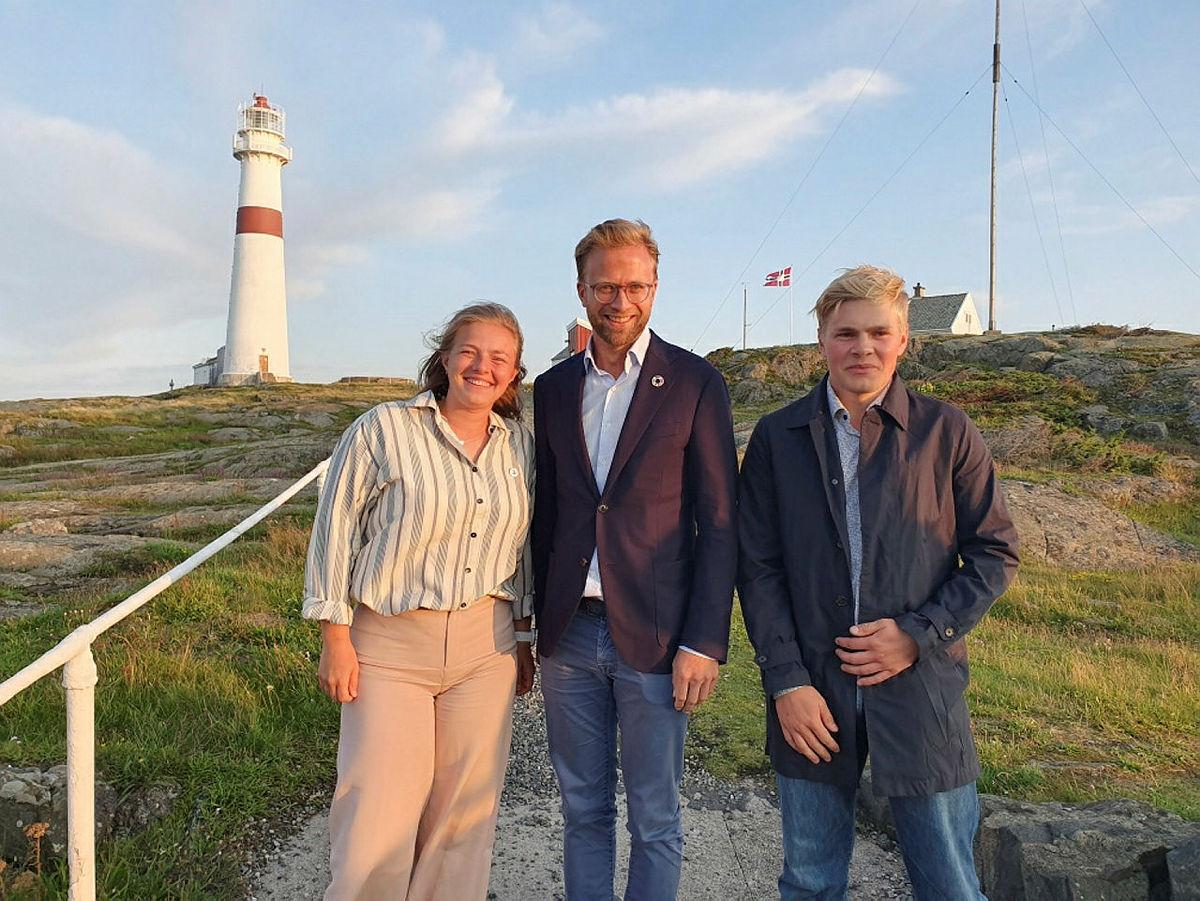 Digitaliseringsminister Nikolai Astrup på Store Torungen sammen med DNTs nestleder Anna Nes og leder Markus Malmin.