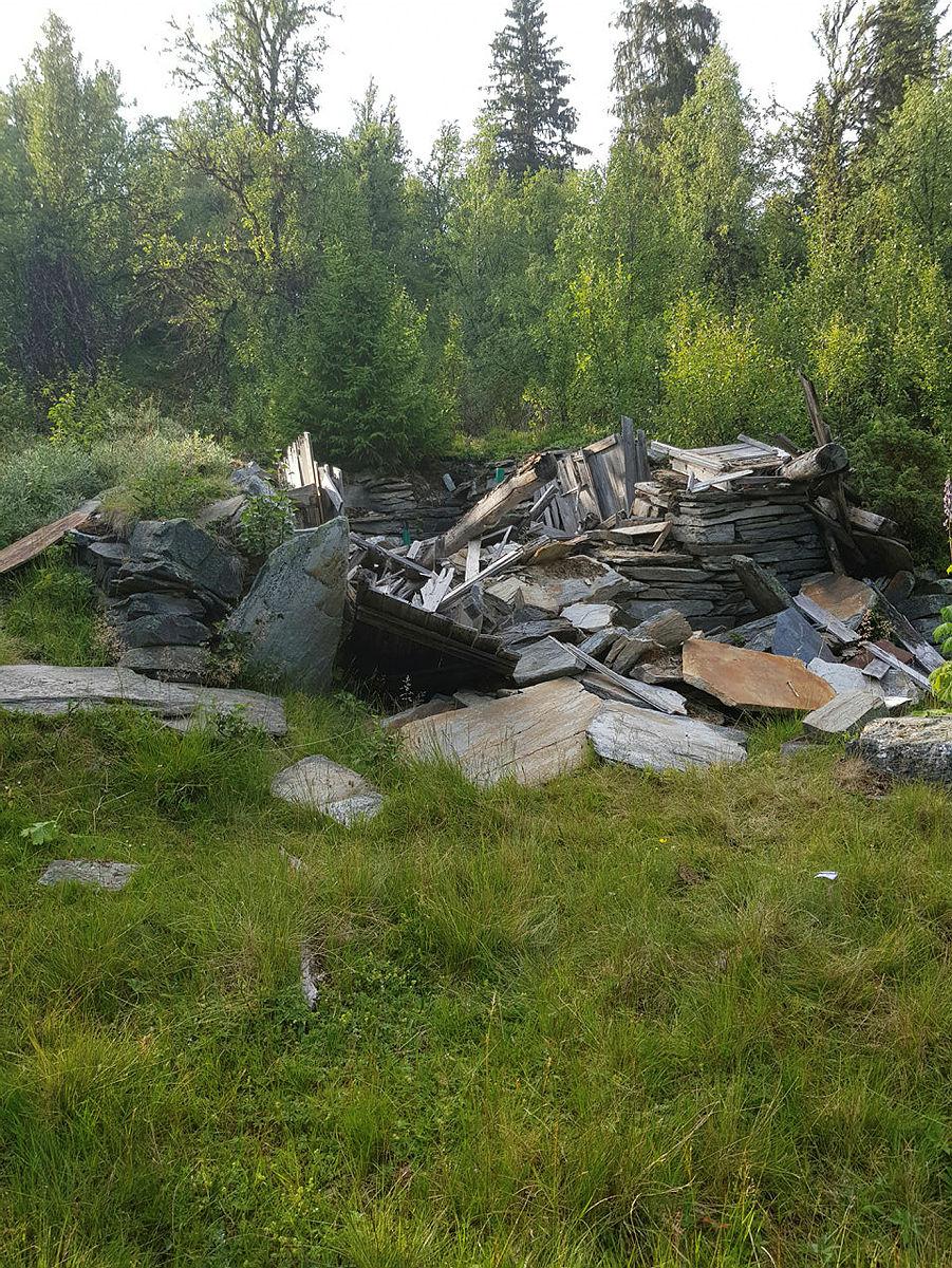 Slik såg ruinane av bua ut da restaureringsarbeidet starta.