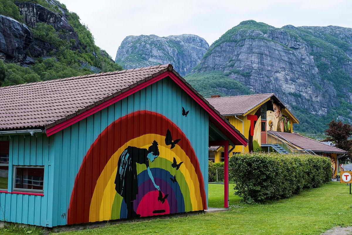 Lysefjorden turisthytte åpner i ny fargerik drakt i år og må bare oppleves!
