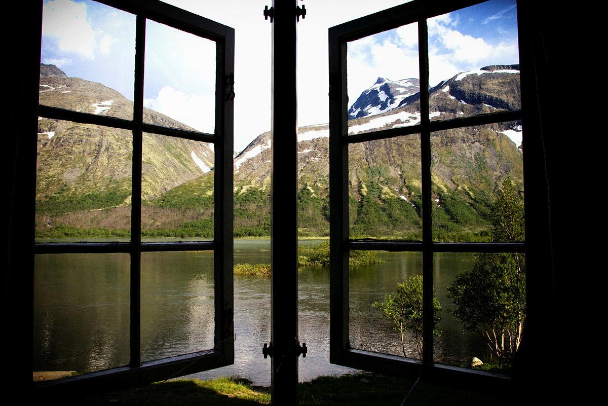 Gjendebu med utsikt fra soverommet til Mesmogtinden. Vanskelig å sove bort sumarnatta med en slik utsikt!