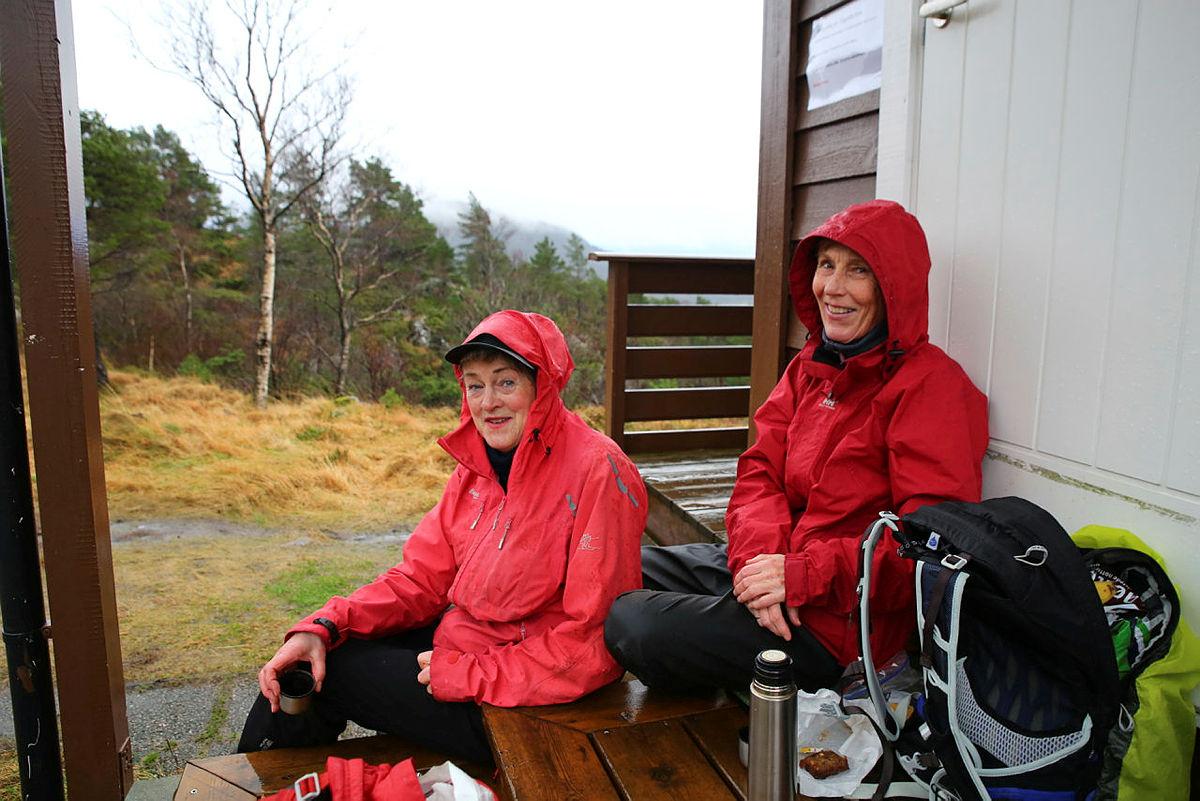 Gerd Knudsen og Aud Marit Ask tar seg en pause ved Viggohytten.