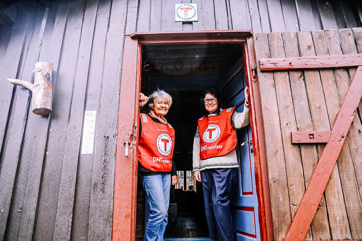 Kari Kjølstad og Maja Ulbrich ønsker gjestene velkommen.