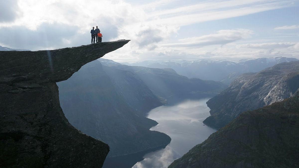 Trolltunga frister mange til besøk, men vær forsiktig når du går ut på steinen og hold deg i god avstand fra kantene.