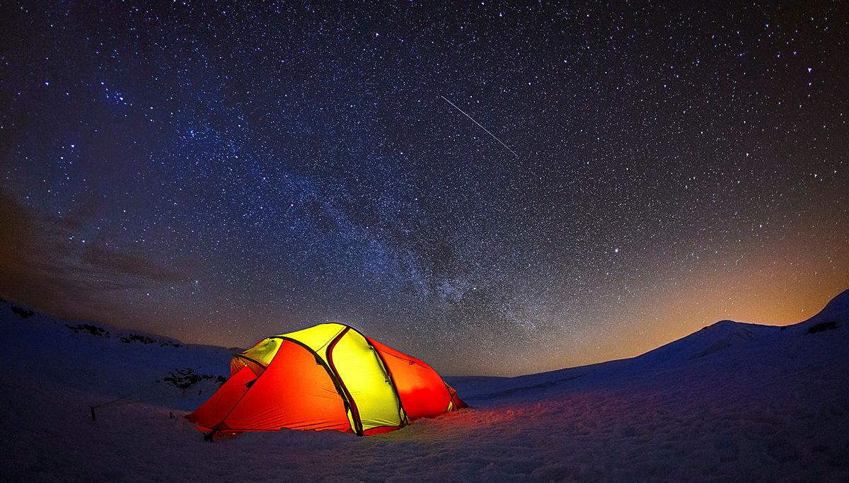 Stjerneklart på Lifjell (Bø i Telemark) og melkeveien viste seg. Lyset bak toppen er lysene fra Notodden.