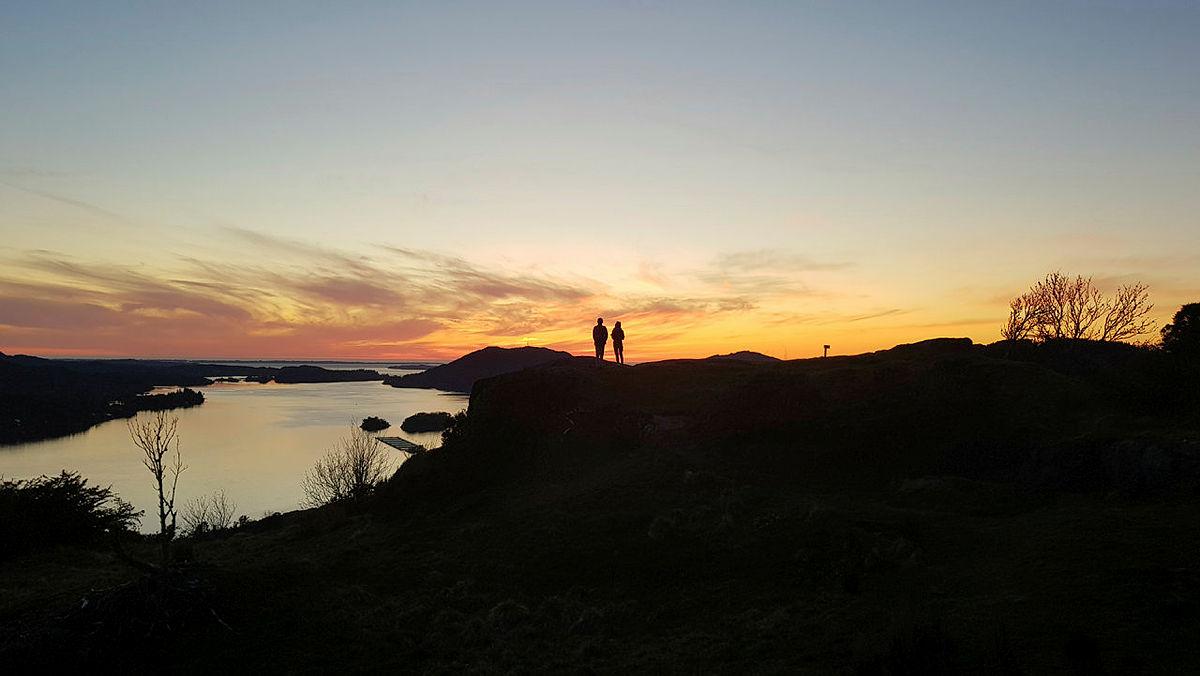 Jenter i siluett på Hestfjellet, Alver, Nordhordland.