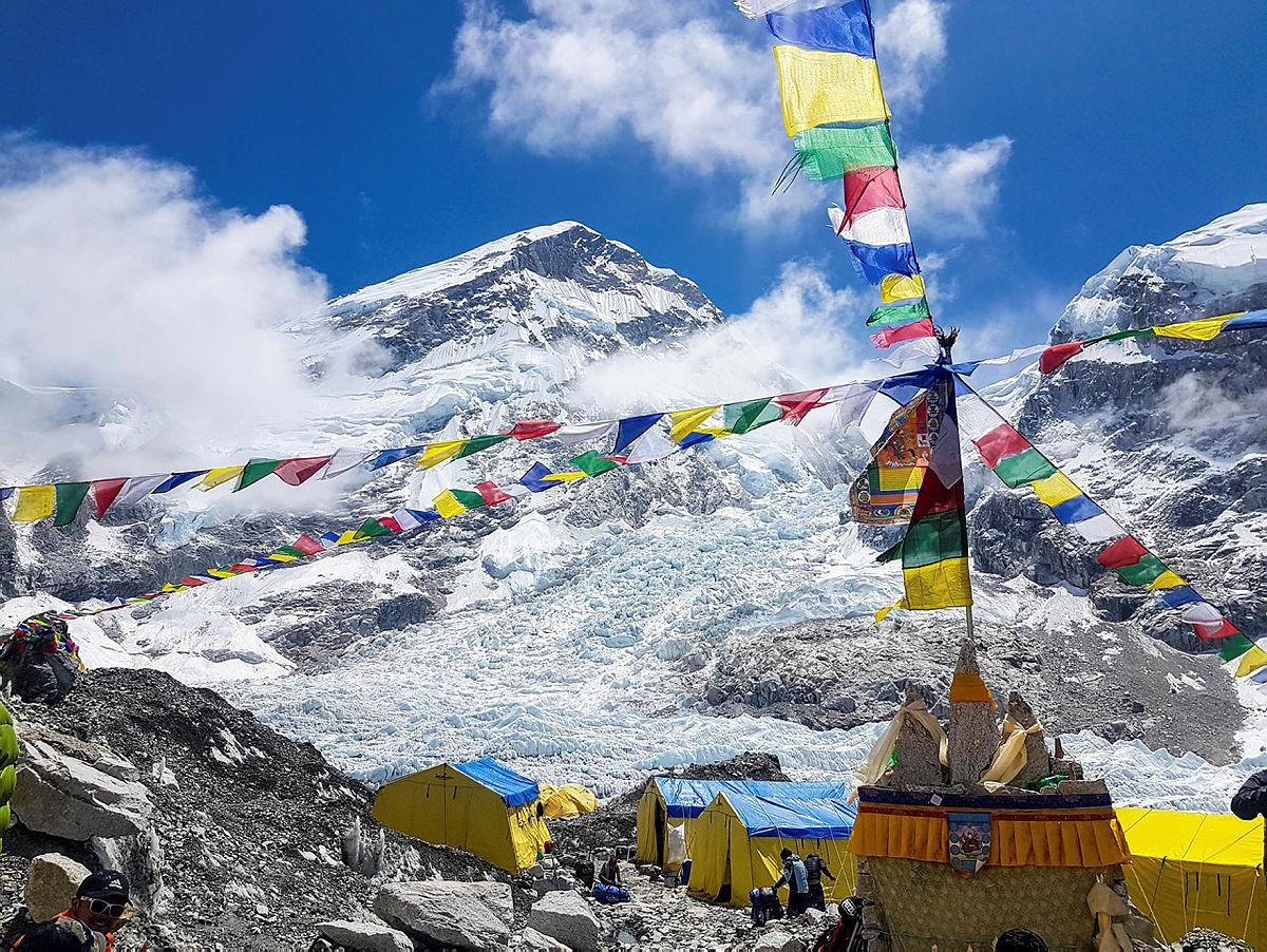 Khumbubrefallet er første virkelige utfordring. Her er det risikabelt å oppholde seg fordi isblokker stadig vekk løsner og faller ned. Like fullt må det forseres.