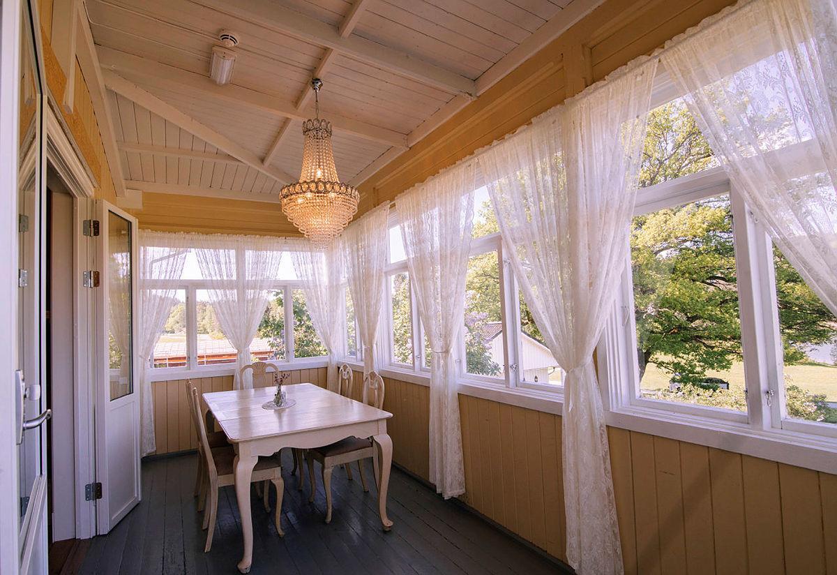 Innglasset veranda på Breivoll Gård.