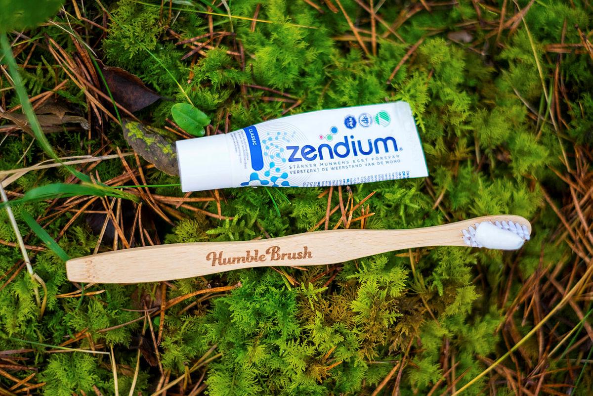 Velg en svanemerket tannkrem uten innhold av mikroplast.