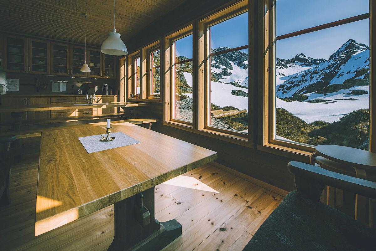 Nydelige Trollfjordhytta ligger på grensen mellom Vesterålen og Lofoten. Turen opp til hytta går fra Austpollen innerst i Trollfjorden.