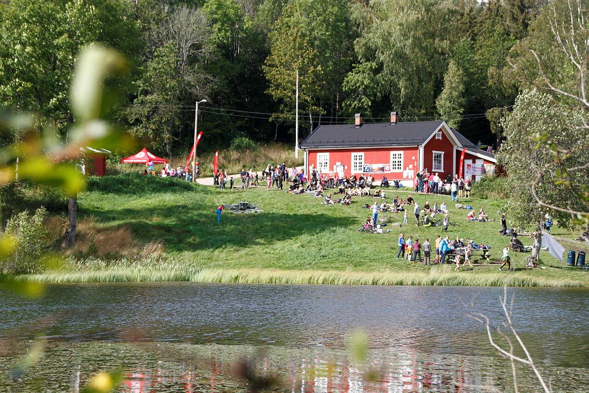 H.M. Dronning Sonja på tur med en gruppe innvandrerkvinner til Blektjern i Drammensmarka 24. august 2017.