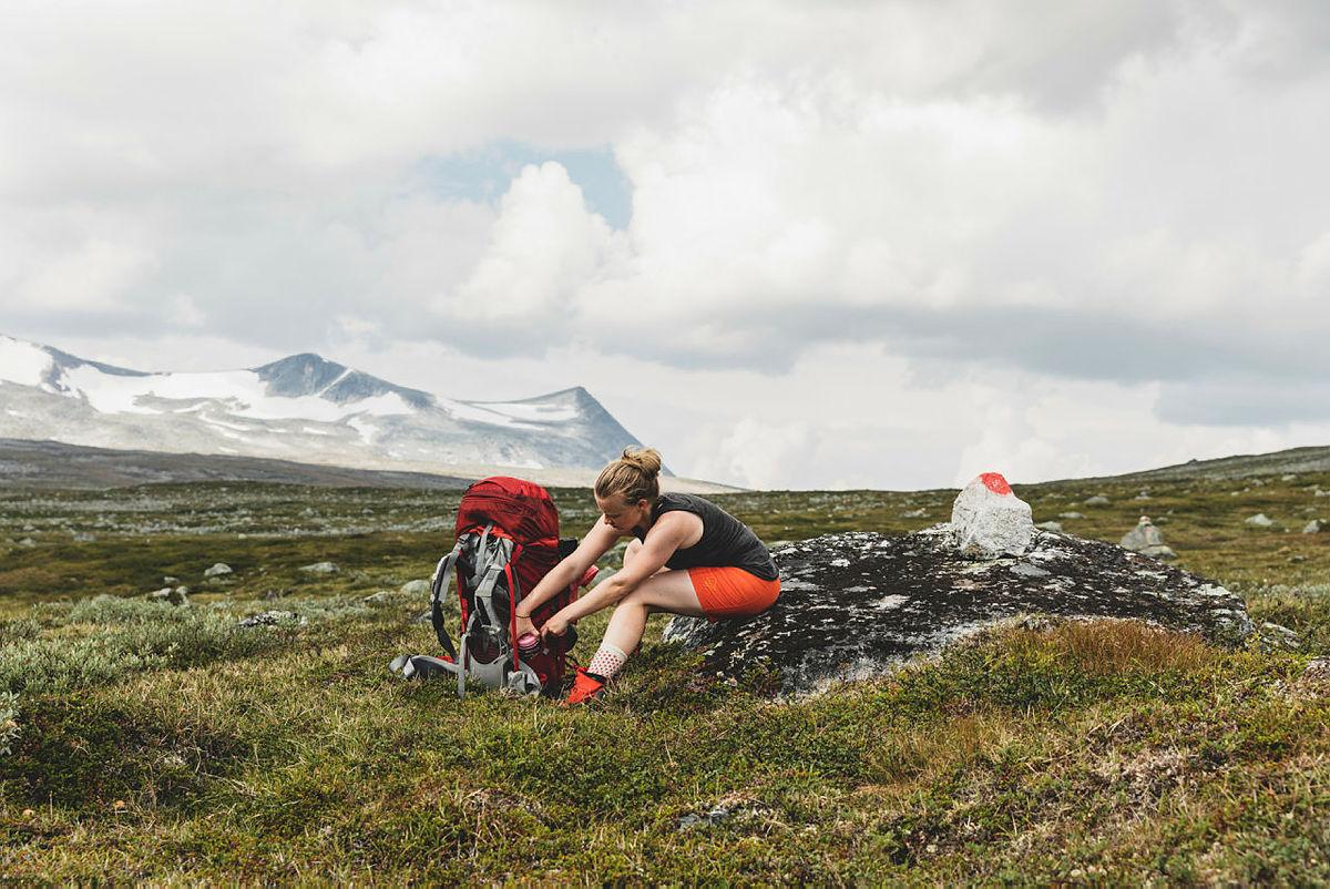 Fjellreporter Line Hårklau tar en pause på vei fra Lønsstua til Midtistua.