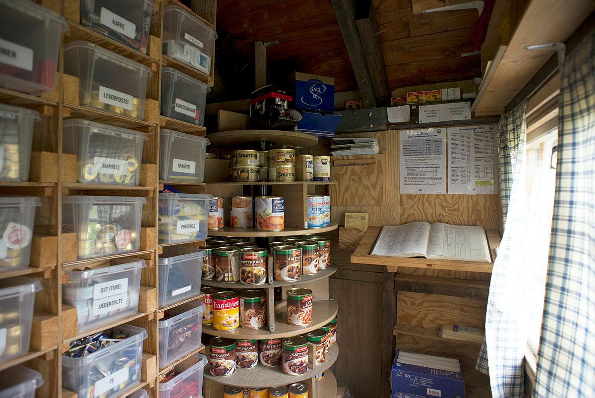 På en selvebtjent hytte kan du forsyne deg fra proviantlageret, som her på Gammelsetra i Dovrefjell.